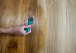 Bejcowanie praktyczne drewna.