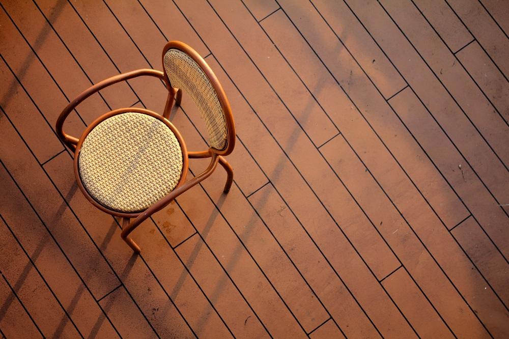 parkiet i krzesło